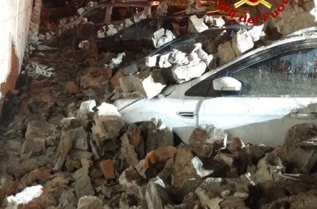 Pontassieve, crolla un muro e finisce sulle auto parcheggiate (foto)