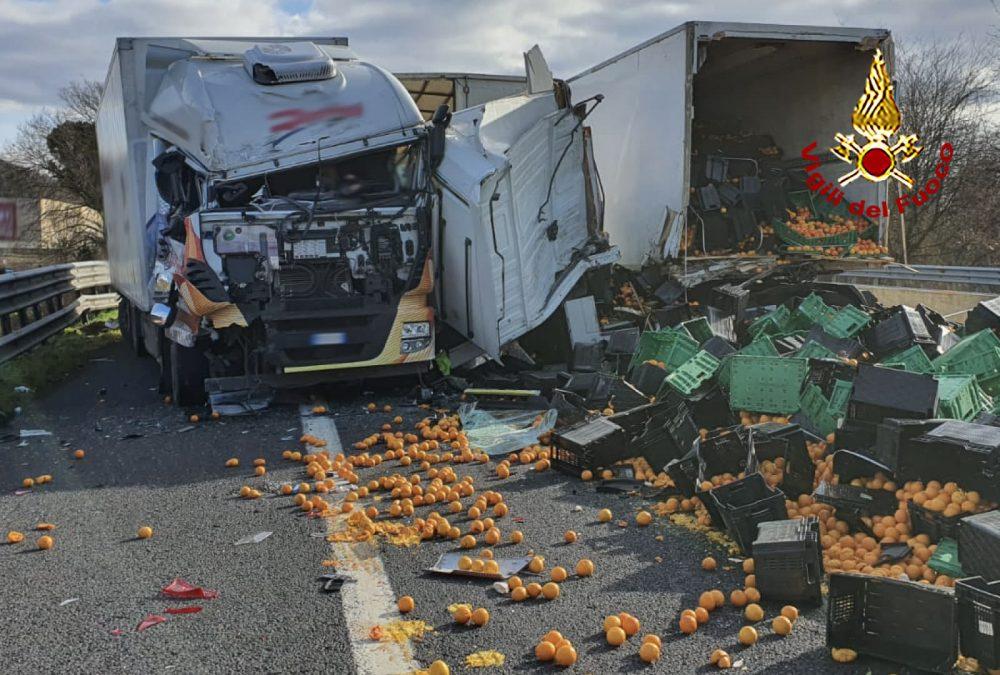 A1, grave scontro tra camion in direzione Firenze: strada chiusa