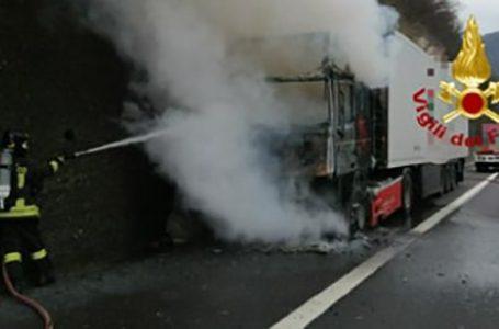 Tir in fiamme sull'A1, trasportava banane