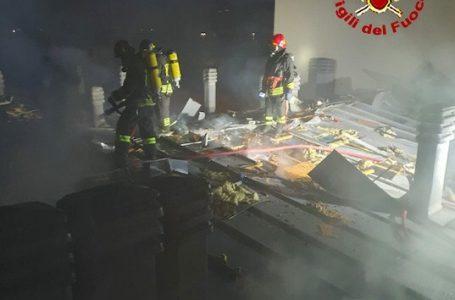 Sesto Fiorentino, in fiamme il tetto di un condominio