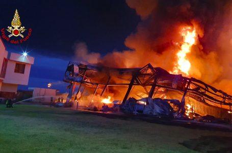 Firenze, incendio nella notte in una fabbrica: le immagini dell'intervento dei VF