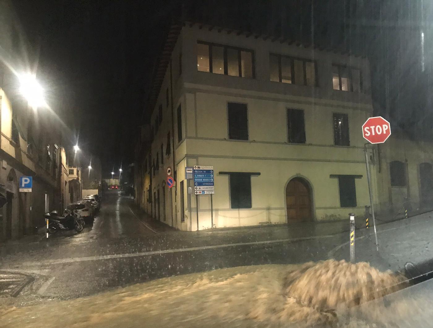 VIDEO / Antella, le strade sono un fiume: c'è il rischio allagamento