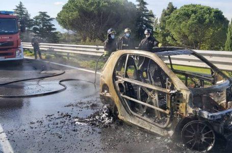 Auto prende fuoco in autostrada: l'intervento dei Vigili del Fuoco