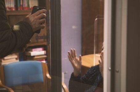 """Nella """"Stanza degli Incontri"""" dell'Opera Pia Vanni, dove il vetro protegge…ma non divide"""