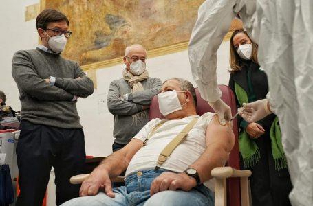 Vaccino anti Covid, somministrazione a pieno ritmo: il 6 gennaio arrivano nuove dosi
