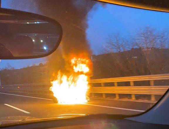 Ultim'ora: moto in fiamme in A1, coda a Firenze Sud