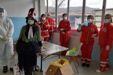 Greve in Chianti, elfi e giochi regalano sorrisi ai bambini che fanno il tampone