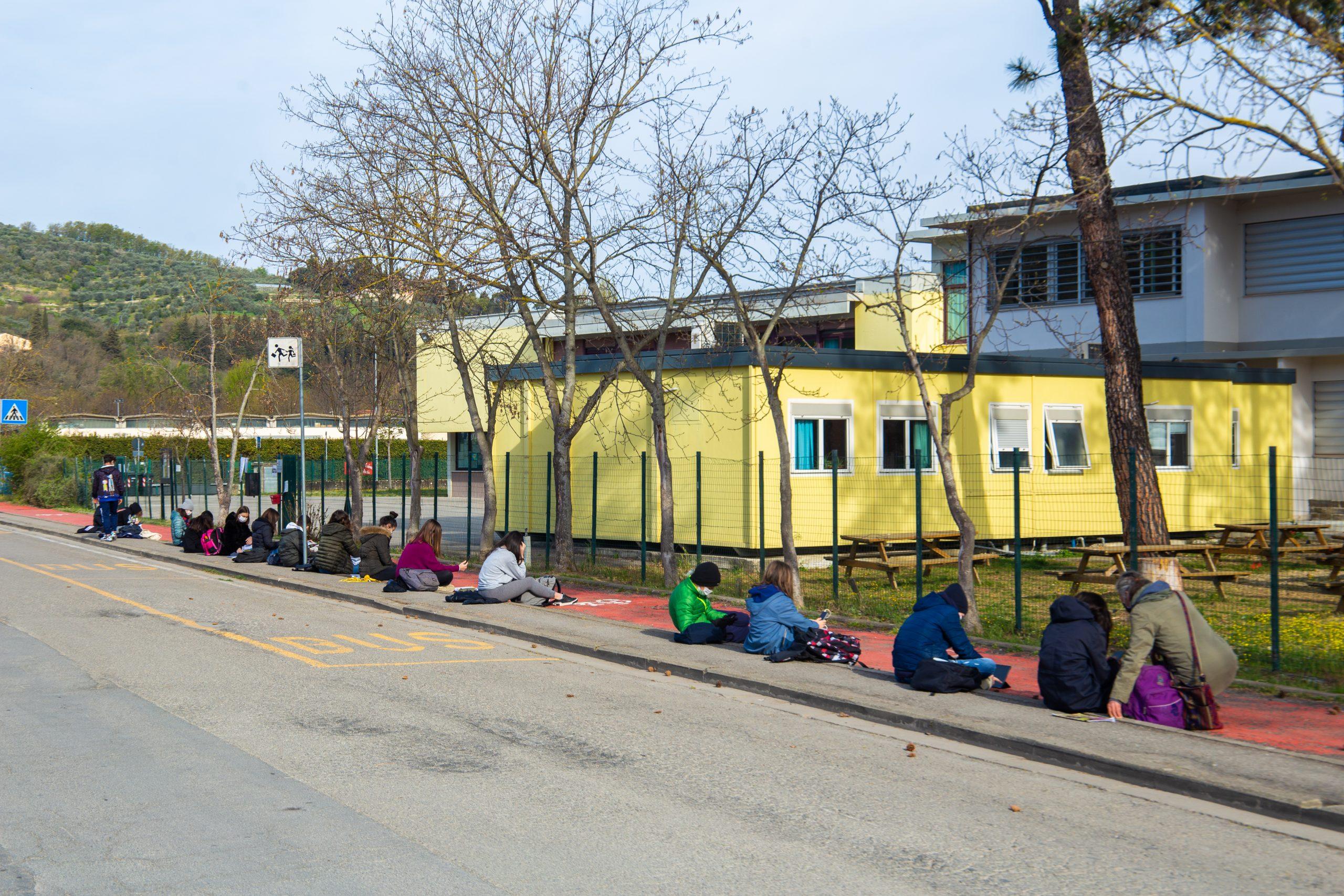 """A lezione e connessi…fuori dalla scuola: il presidio alla Redi per dire """"stop DAD"""""""