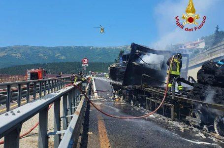 A1, giornata infernale: altro incidente, in fiamme un mezzo pesante. Tratto chiuso