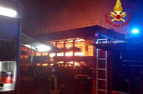 Foto / Greve in Chianti, in fiamme una falegnameria di Meleto