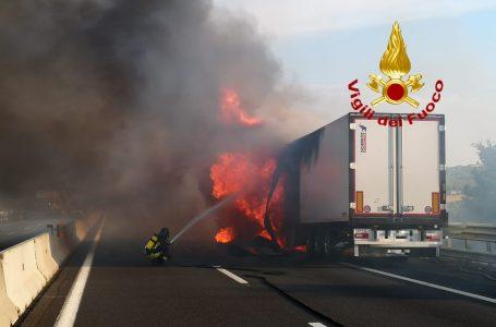 Foto / A1, mezzo pesante in fiamme: intervento dei VF, code in direzione Roma