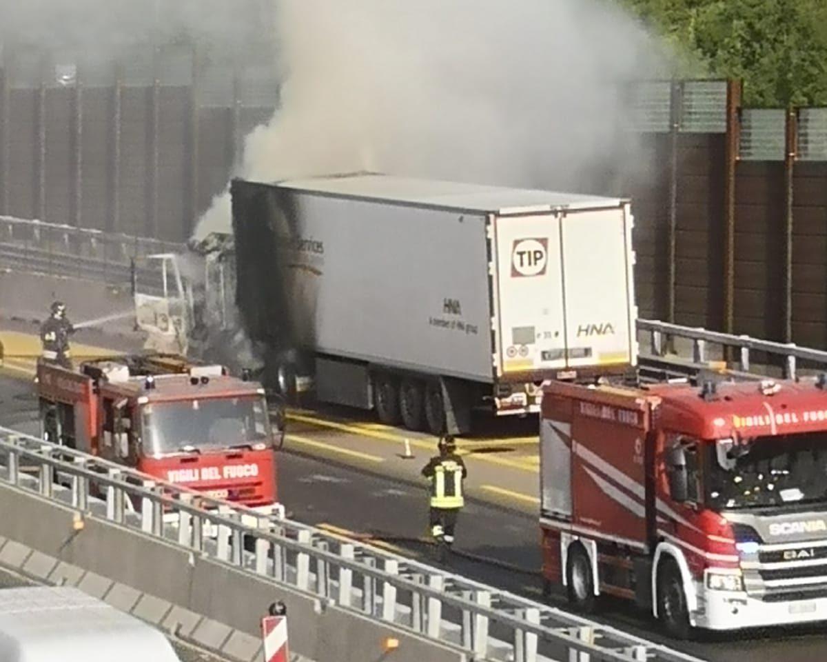 L'esplosione e poi il fumo all'altezza dell'Antella: mezzo pesante in fiamme in A1