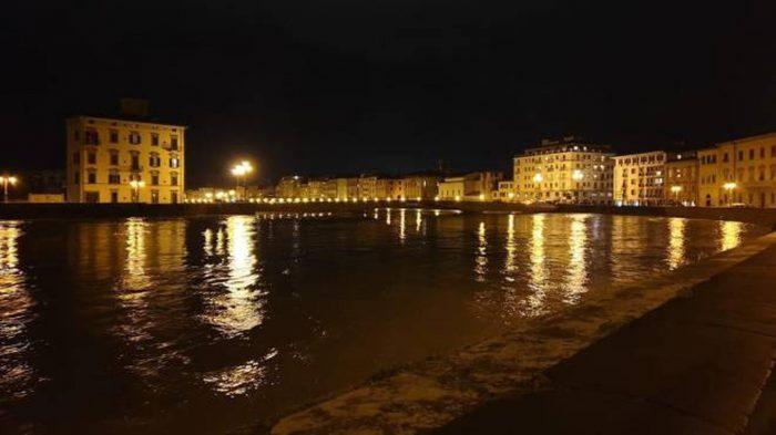 Due giovani cadono in Arno nella notte, salvati dai vigili del fuoco