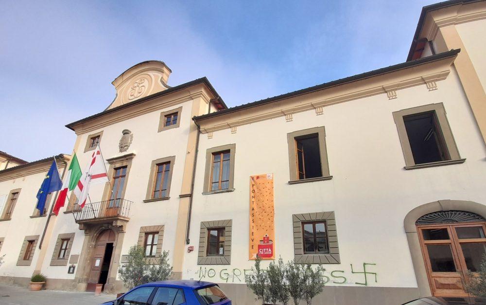 """Pontassieve, attacco """"no green pass"""" e una svastica sulla facciata del Palazzo Comunale"""