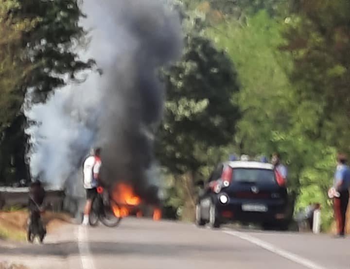 Cassia, fiamme e nube nera: una vettura andata a fuoco, intervenuti i VF
