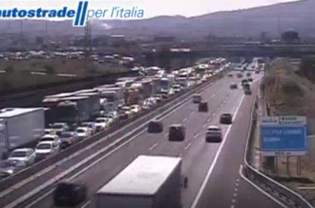 Traffico in tempo reale, calvario in A1: 16 km di coda dopo Firenze-Impruneta