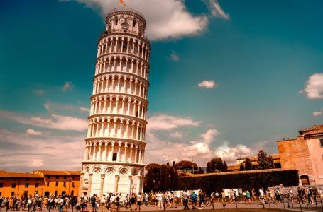 Drone in Piazza dei Miracoli ma…. sbatte sulla Torre di Pisa: denunciato!