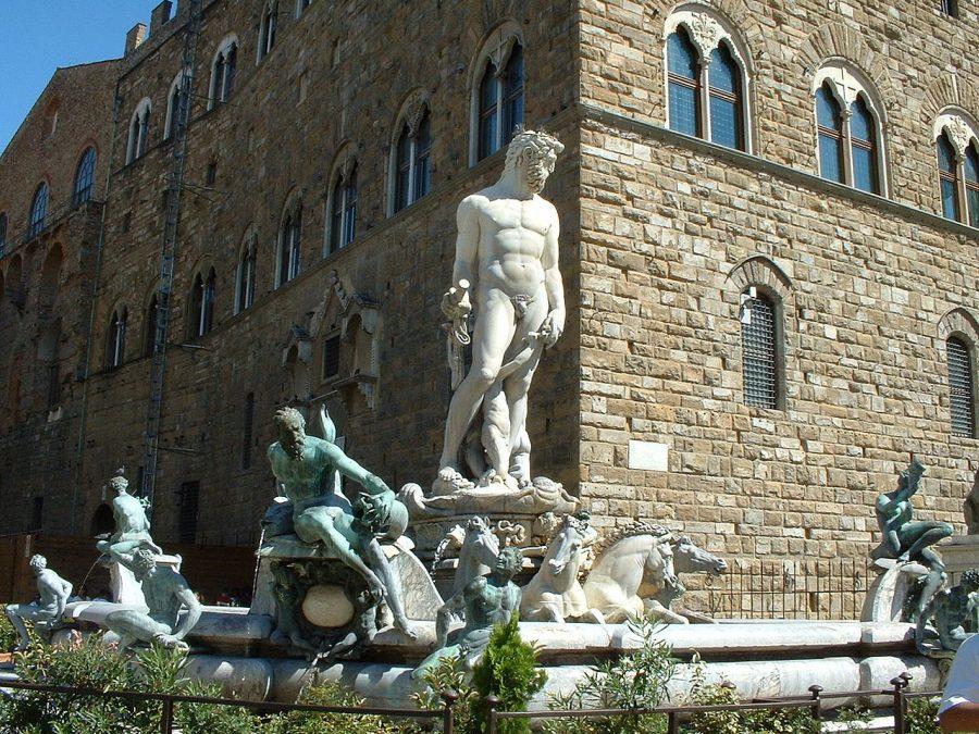 Firenze, due giovani entrano nella fontana di Nettuno: multati!
