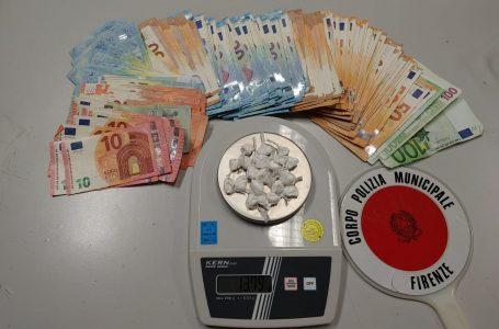 Firenze, oltre 20 dosi di cocaina nascoste lungo il muro di una villa: arrestato!