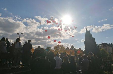 Addio Stefano. I palloncini volano in cielo e il corteo degli amici colora Grassina